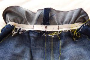 притачиваем резинку в пояс детских джинс