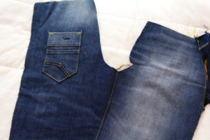 стачиваем и отстрачиваем полотнища швов на детских джинсах