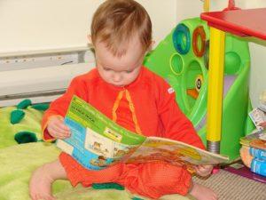 малыш увлечен чтением