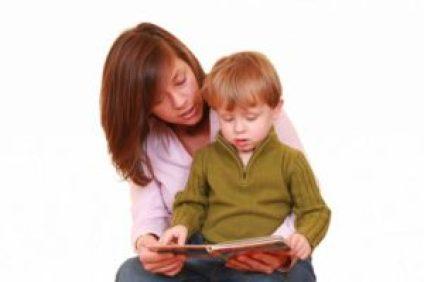 родители читают вместе с детьми