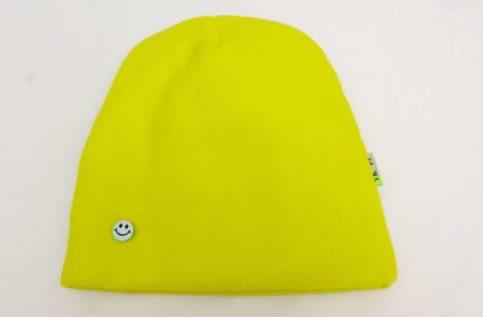 украшаем детскую шапку пуговицами вид спереди