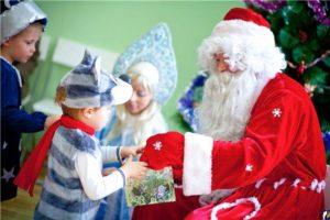 дед мороз дарит мальчику подарок