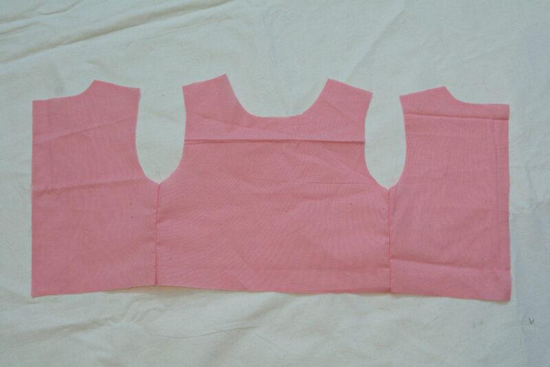 стачиваем боковые швы лифа детского платья