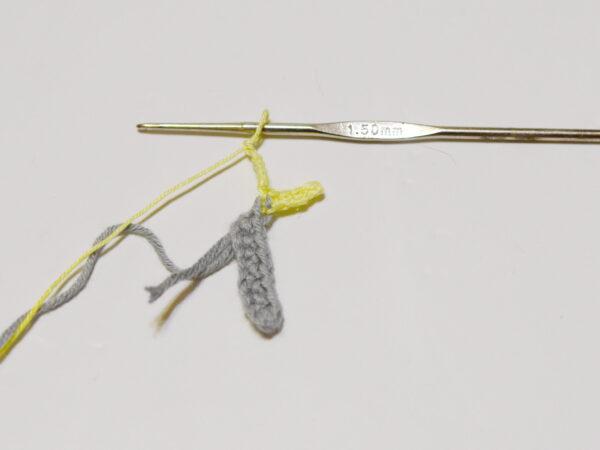 вяжем лапки для мышки закладки