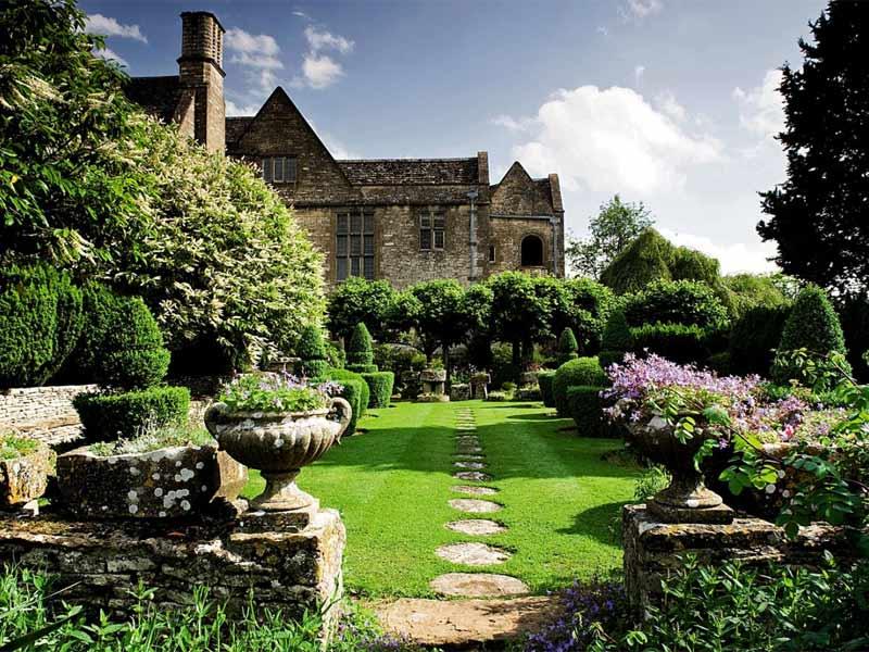 Ландшафт загородного дома в английском стиле с большими насаждениями