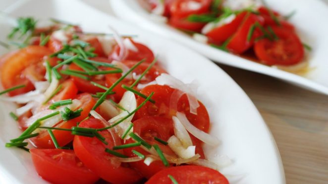 салат из помидор с луком и зеленью