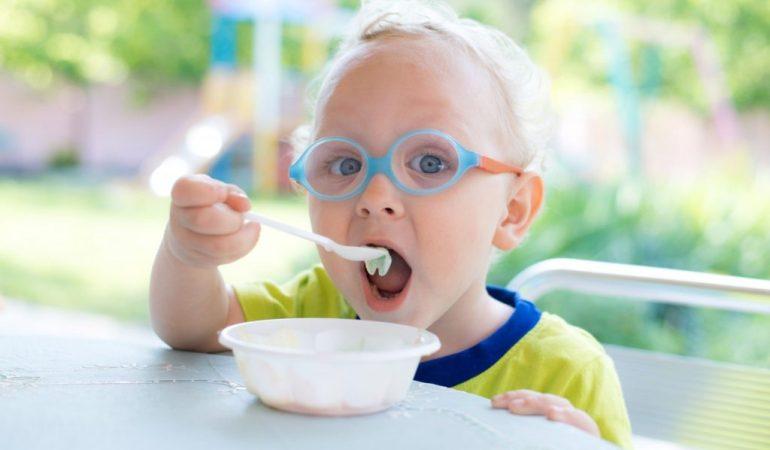 мороженое ест ребенок ложкой