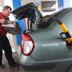 Сколько денег в месяц тратят на бензин автовладельцы