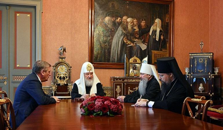 Васильев сделал подарок патриарху Кириллу