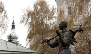 Скульптура філософа у дворі колегії