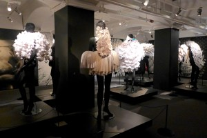 Bea Szenfeld's sculptural paper designs are simply poetic. Everything You Can Imagine Is Real - Dansmuseet.