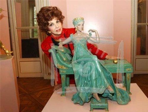 Italian Actress Gina Lollobrigida With Her Sculpture