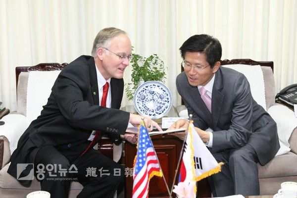Gov. Jim Douglas of Vermont and Gov. Moonsu Kim of Gyeong-gi province