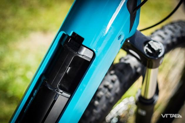 Accessibilité toujours, la batterie est accessible par le dessus du tube oblique, évitant d'avoir à s'agenouiller pour l'extraire.