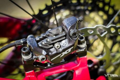 Détail de montage différenciant aussi du Trail, les Moustache Samedi 27 Game sont montés de freins quatre pistons à l'avant ET à l'arrière.