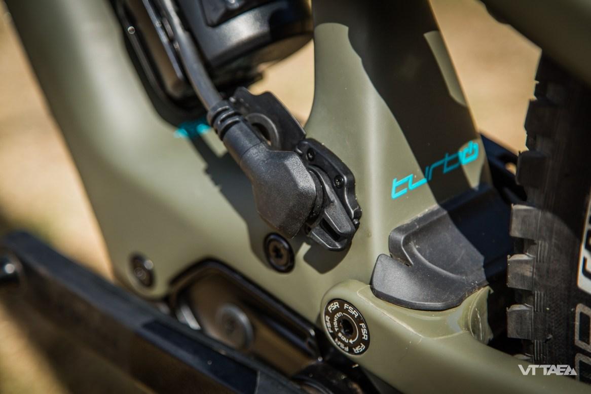L'autonomie des deux batteries se combinent sans manipulation supplémentaire et à l'usage, le moteur pioche simultanément dans les deux sans que cela ne soit perceptible.