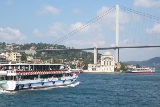 du-thuyen-tren-eo-bien-bosphorus-o-istanbul