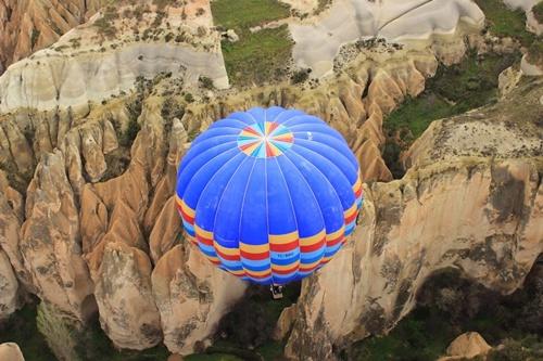khinh khí cầu bay trên núi cappadocia