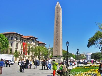 Cột đá Theodosius sừng sững giữa quảng trường hippodrome tại Istanbul