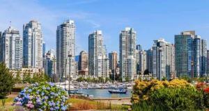 圖:自從卑詩省針對外國買家開徵購房稅後,溫哥華地區最近兩週獨立屋銷量暴跌66%,大溫房市後續發展有待觀察。圖為溫哥華市中心。(istock)