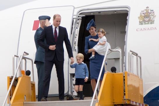 圖:威廉王子夫婦一家人9月24日到卑詩省訪問一星期,圖為一家人步出專機。(卑詩省府)