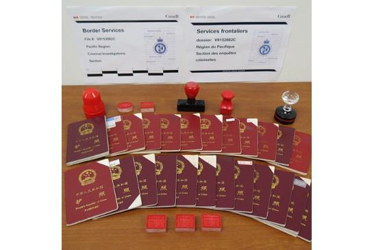 圖:加拿大邊境事務處(CBSA)在調查行動中,曾經起出90箱文件、18部電腦,以及200本護照。(CBSA)