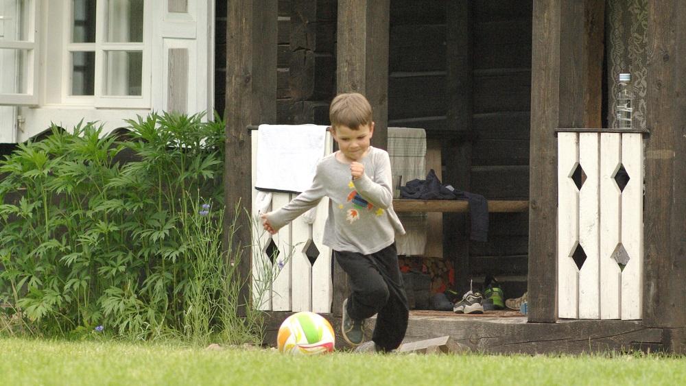 Vaikas žaidžia