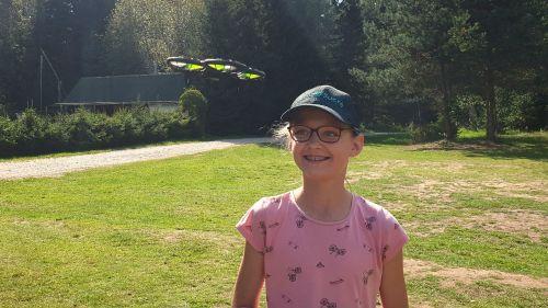 mergina su dronu