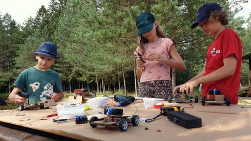 vaikai konstruoja mašinėles