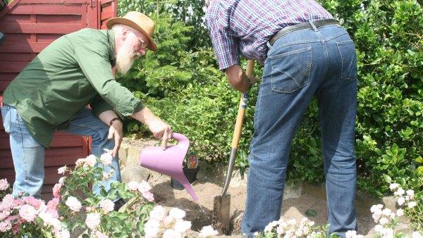 John Langley bei der Gartenarbeit