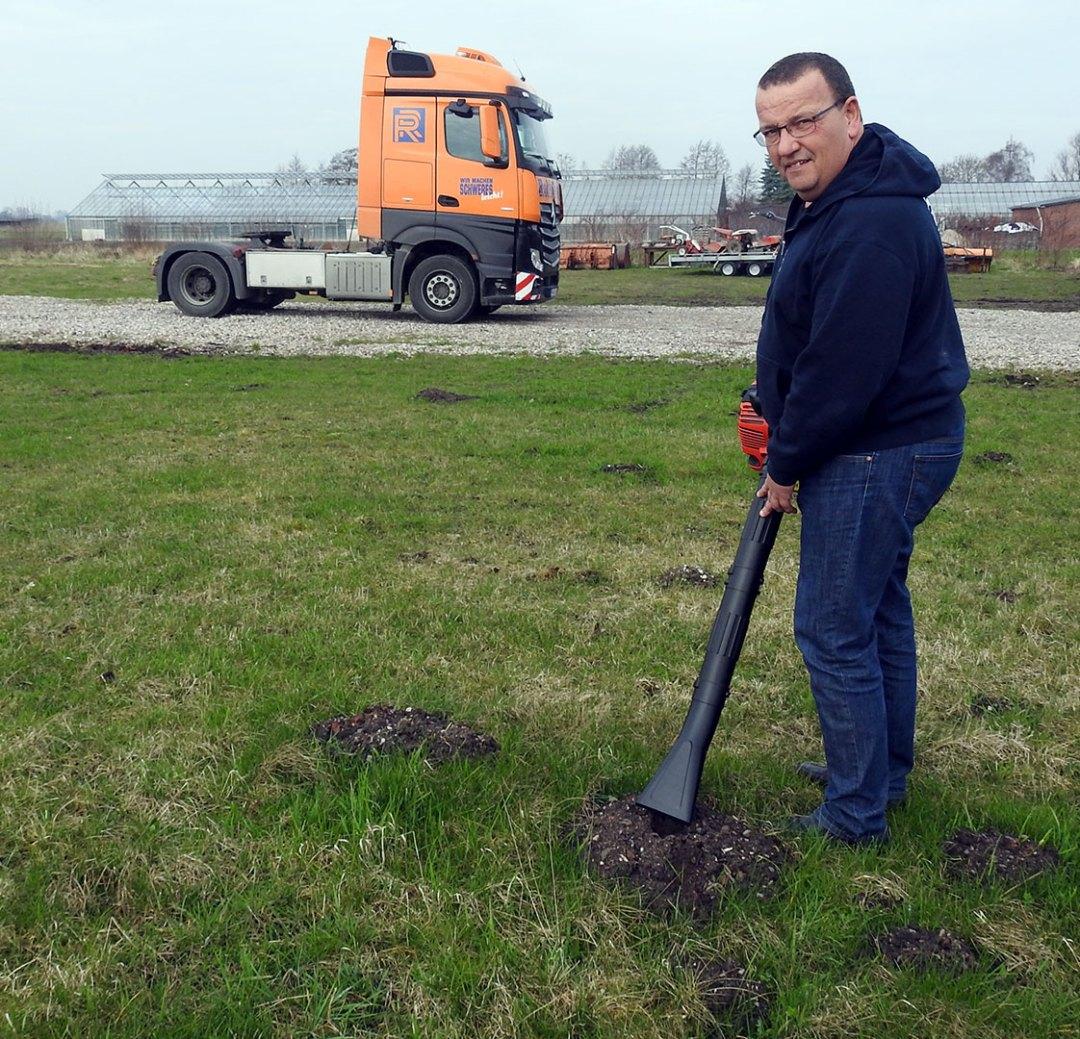 Dirk Anbergen mit dem Prototyp des Maulwurfsaugers