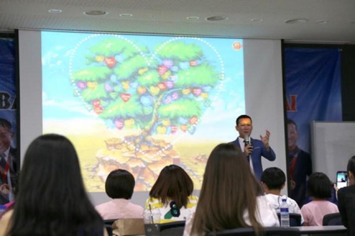 Ý nghĩa bức tranh Vườn tâm hồn đang được Tác giả - Kỷ lục gia Trần Quốc Phúc chia sẻ lần đầu tại Seoul Global Center
