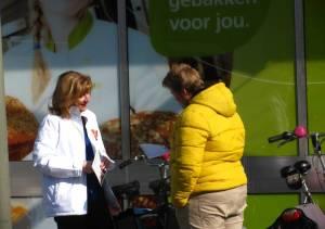 VVD-lijsttrekker Esther Verhagen in gesprek met een Ermelose bij de Plus in Ermelo-West.