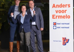 Monique van den Broek, met achter haar de nieuwe fractievertegenwoordigers Daniëlle Terpstra en Hugo Weidema