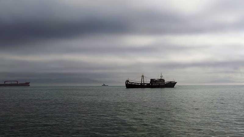 Браконьеры. Северокорейская шхуна в российских территориальных водах