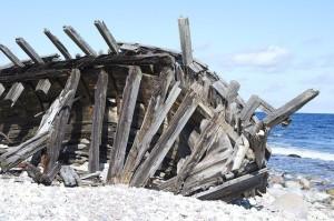 wrecked boat, ribs, sea