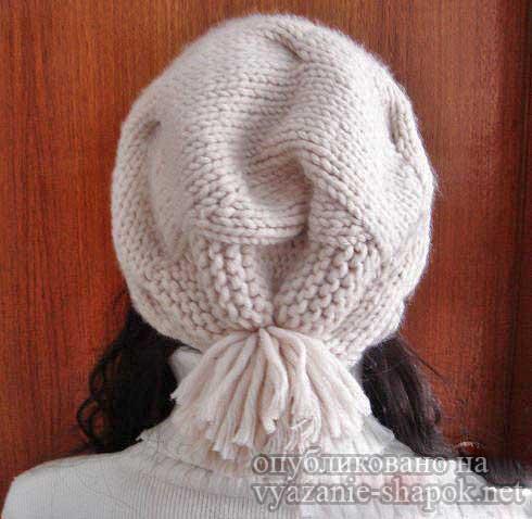 Интересная модная шапка спицами