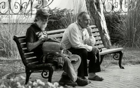 Портрет два мужчины на скамейке