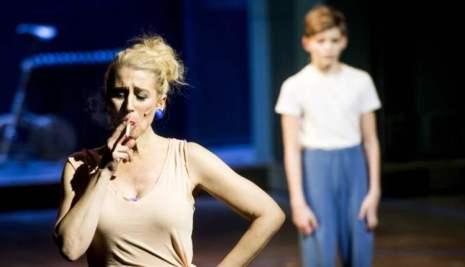 Balettläraren Mrs Wilkinson (Åsa Fång) göder Billys balettdrömmar Foto: TOMAS LEPRINCE