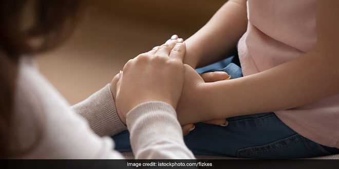 बाल और किशोर मनोचिकित्सक डॉ. अमित सेन ने बताया कि माता-पिता कैसे मैंटल हेल्थ से जुड़े मुद्दों पर अपने बच्चों का साथ दे सकते हैं.