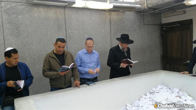 Les membres de la Knesset, Yoel Hassan et Oded Forer, avec le rabbin Joseph Aharonov.