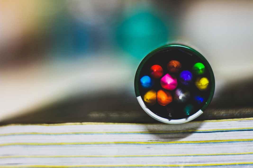 closeup photo of coloring pens