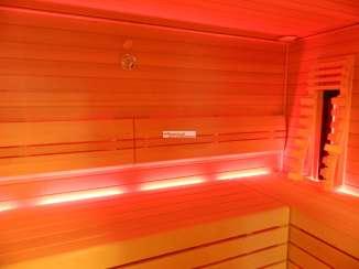 RGB Lichtband hinter der Bank