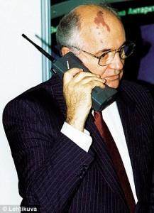 1989 год, Михаил Горбачёв говорит по телефону Nokia Mobira Cityman