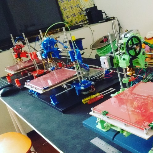 O conjunto das novas impressoras. Agora, na sala de jantar tenho 5 impressoras operacionais.