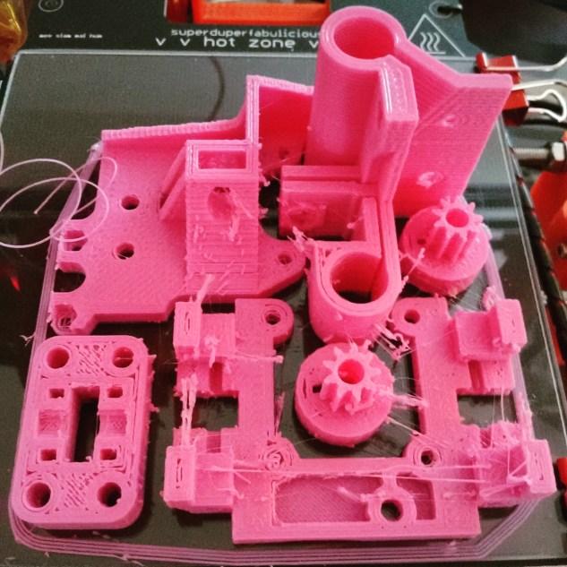 A impressão das peças para o curso. Uma nova geração de impressoras!