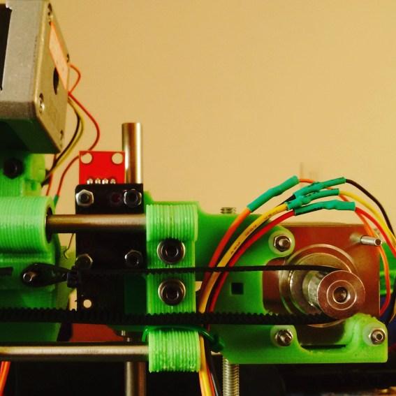 Detalhe da impressora, mostrando o motor e sensor de limite