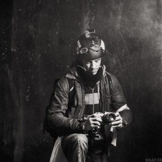 Jules Le Moal posant avec son équipement pour la street photography