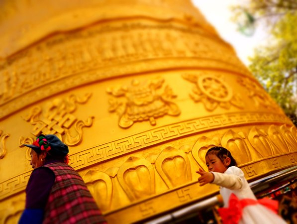 En el budismo tibetano, girar el molino de plegaria permite ganar sabiduría y acumular mérito. In Tibetan Buddhism, spinning the prayer wheel allows to gain wisdom and merit.