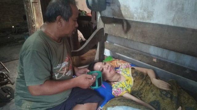 Saat Kustomo menyuapi sang istri yang sedang sakit.(wacananews.co.id/zan)